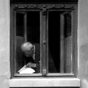 Old_man_reading_at_a_window_-_Hodmezovasarhely,_Hungary_1977