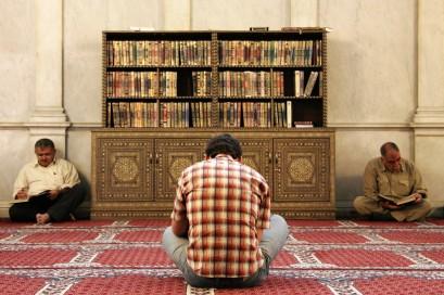Men_reading_the_Koran_in_Umayyad_Mosque,_Damascus,_Syria